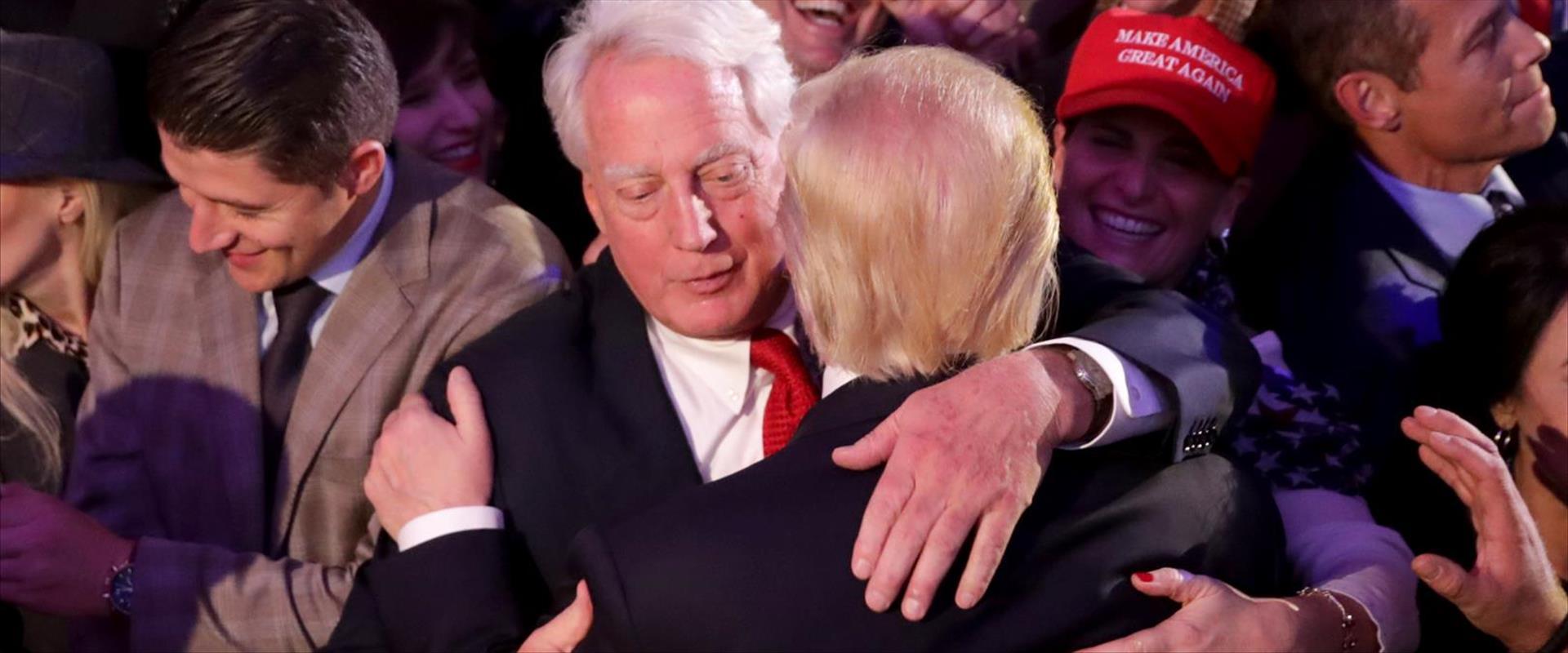 """טראמפ ואחיו בליל הבחירות לנשיאות ארה""""ב, נובמבר 201"""