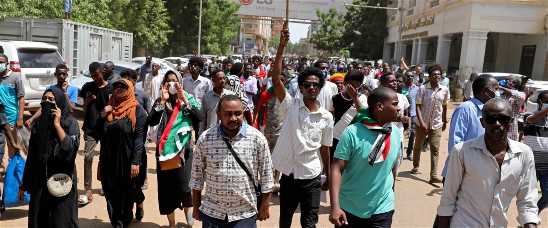 מפגינים בבירת סודאן חרטום, החודש