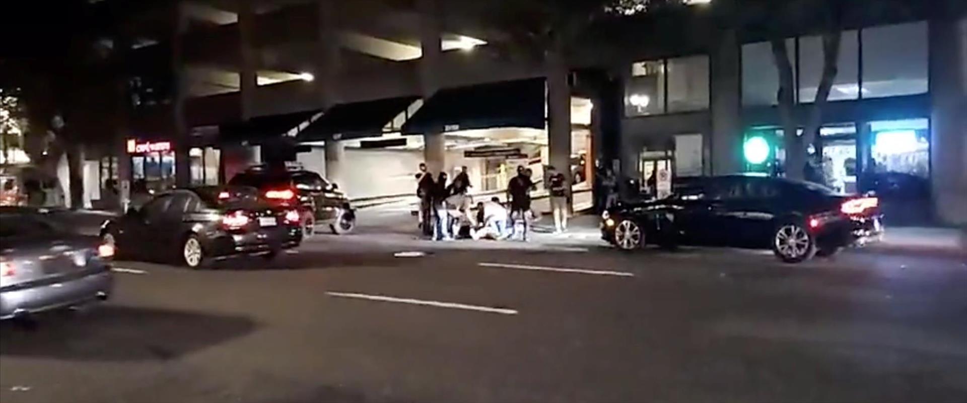 אנשים מקיפים את ההרוג מהירי בפורטלנד, אתמול