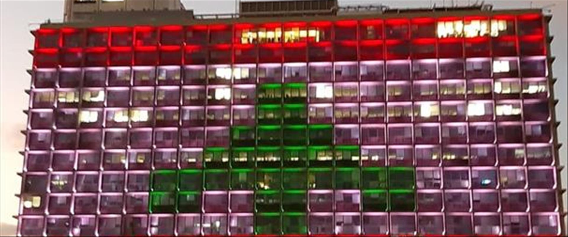 דגל לבנון על בניין עיירית תל אביב