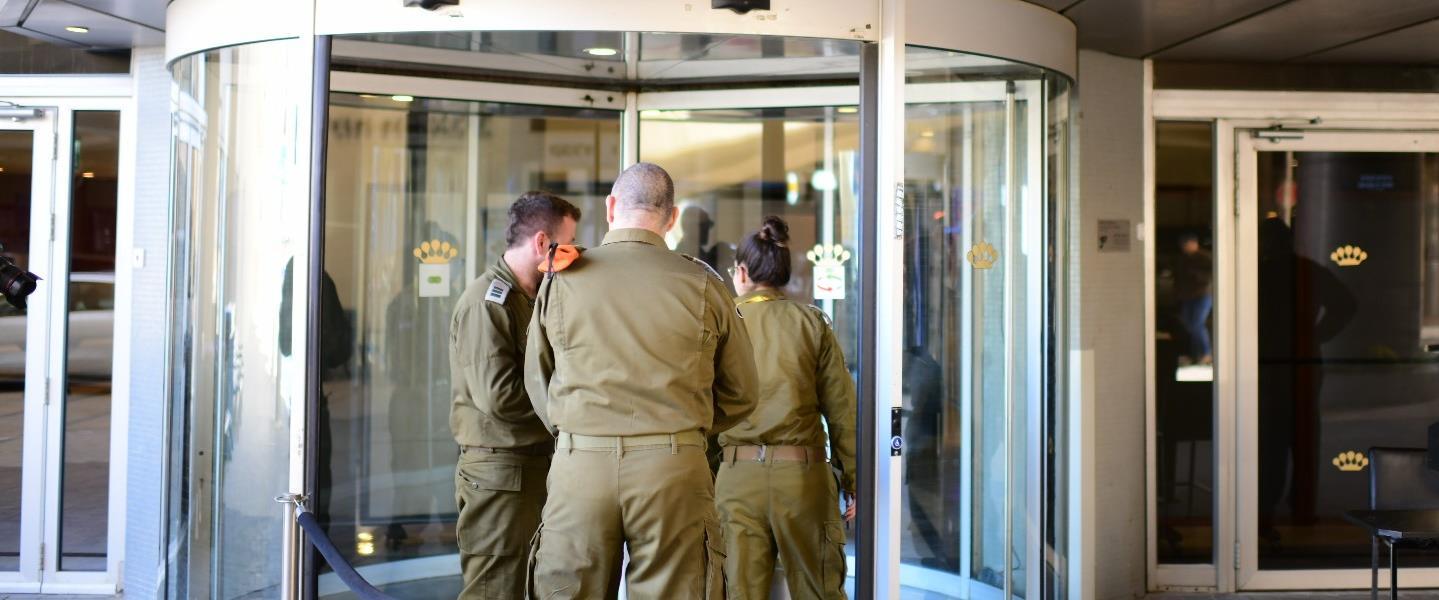 חיילים מחוץ למלון דן תל אביב