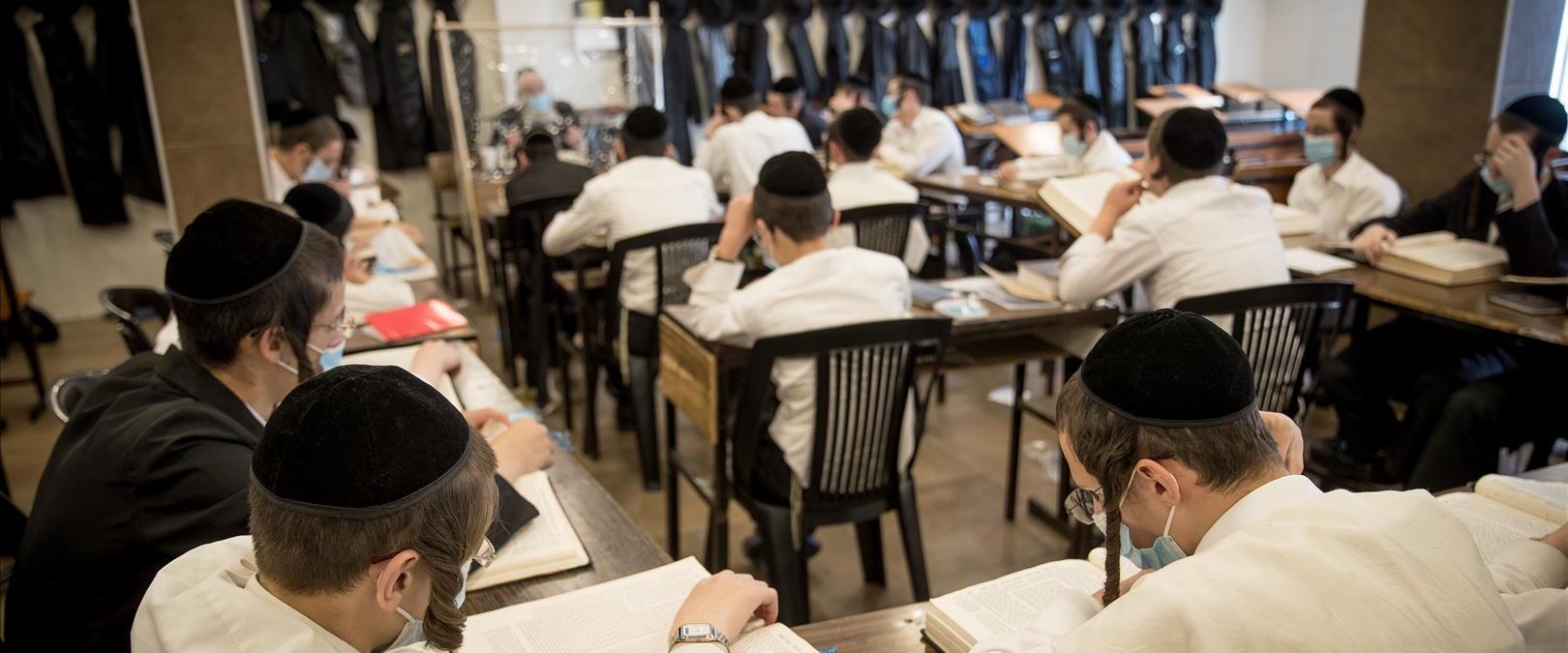 חרדים לומדים בישיבה בירושלים