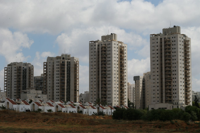 תושבים = הוצאות. המון הוצאות. פרויקט מגורים בפתח תקווה (צילוםף נתי שוחט, פלאש 90)