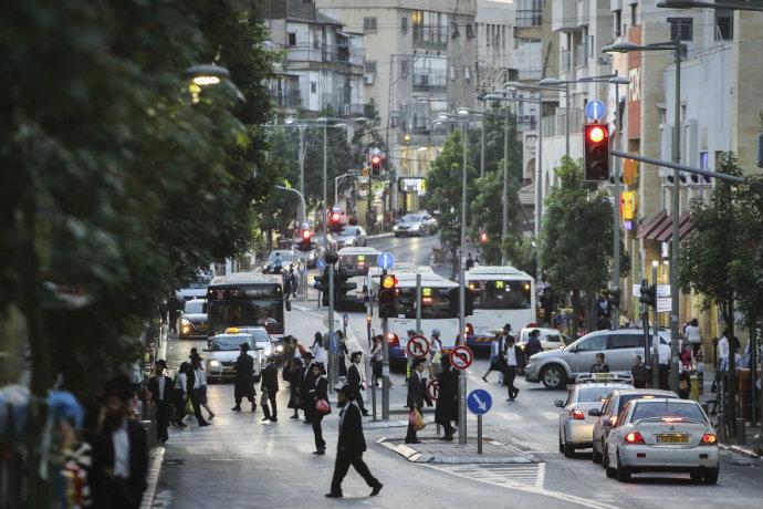 רחוב בני עקיבא בבני ברק. העיר ענייה, העירייה דווקא מסתדרת (צילום: פלאש 90)