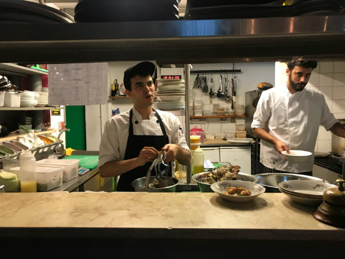 המטבח בג'וז ולוז. העובדים מקבלים 25 אחוז מההכנסות (צילום: דנה פרנק)