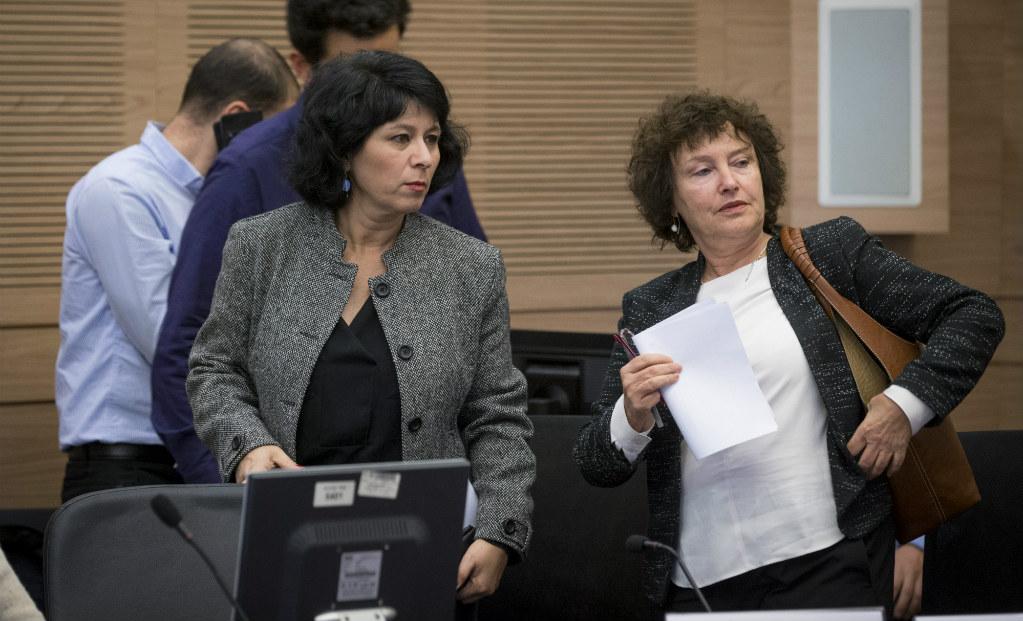 נגידת בנק ישראל, קרנית פלוג (מימין) עם המפקחת על הבנקים חדוה בר (צילום: פלאש 90)