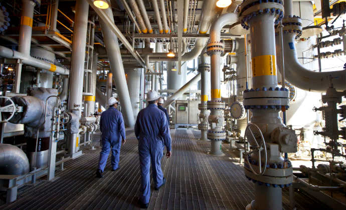 עובדים באסדת הגז תמר (צילום: משה שי, פלאש 90)