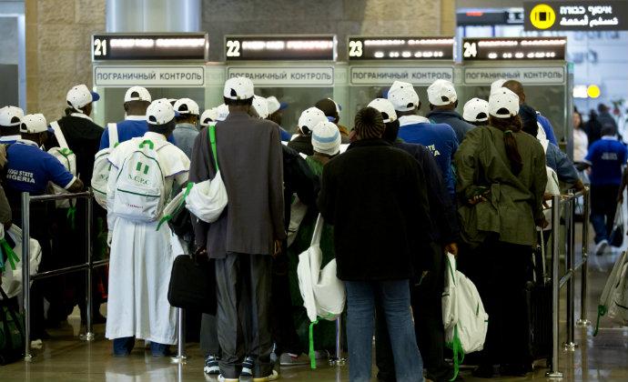 תיירים מחכים בתור בביקורת הגבולות בכניסה לישראל (צילום: משה שי, פלאש 90)