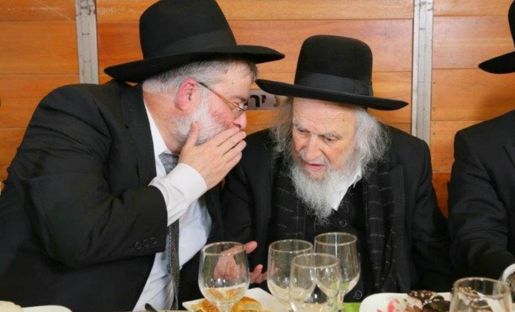 מימין: הרב אוירבך עם עורך