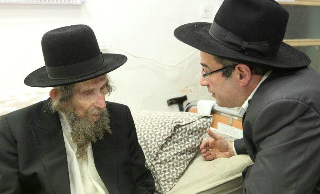 מימין: שעיה איצקוביץ' עם הרב שטיינמן (צילום: בחדרי חרדים)
