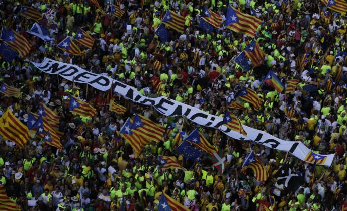 מפגינים ברחובות ברצלונה למען עצמאות קטלוניה