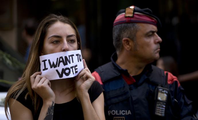 מפגינה לצד שוטר בברצלונה