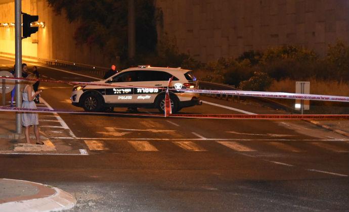 כוחות משטרה בזירת הירי במחלף עין הקורא (צילום: דוברות המשטרה)
