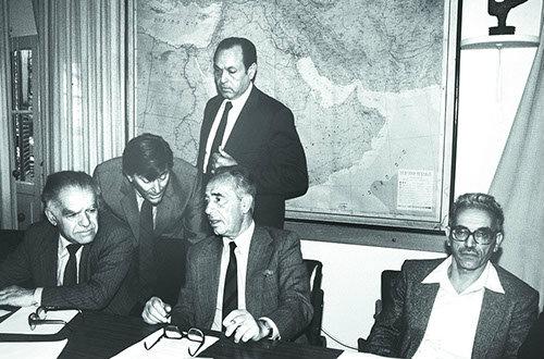 מזכיר ההסתדרות ישראל קיסר (מימין) וראש הממשלה פרס. ההסתדרות נכנעה בלית ברירה (צילום: לע