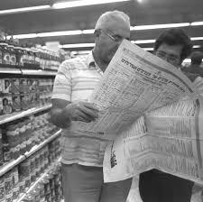 קונים בתקופת האינפלציה מביטים בלוח מחירים מפוקחים. צילום: לע