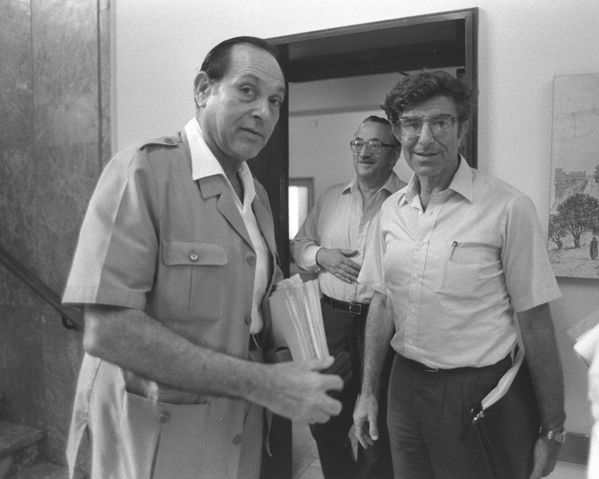 פרופ' מיכאל ברונו (מימין) ומודעי שר האוצר. צילום: לע