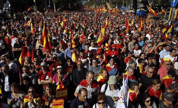 מפגינים בברצלונה נגד הכרזת העצמאות של קטלוניה, אתמול