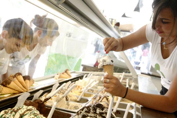 כדור גלידה יכול להשפיע בצורה שונה על רמת סוכר של שני אנשים שונים (צילום: מרים אלסטר, פלאש 90)