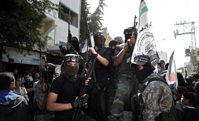 אנשי ג'יהאד איסלאמי בהלוויית אחד ההרוגים בפיצוץ המנהרה, היום במחנה הפליטים אל בורייג' (צילום: אי-אף-פי)