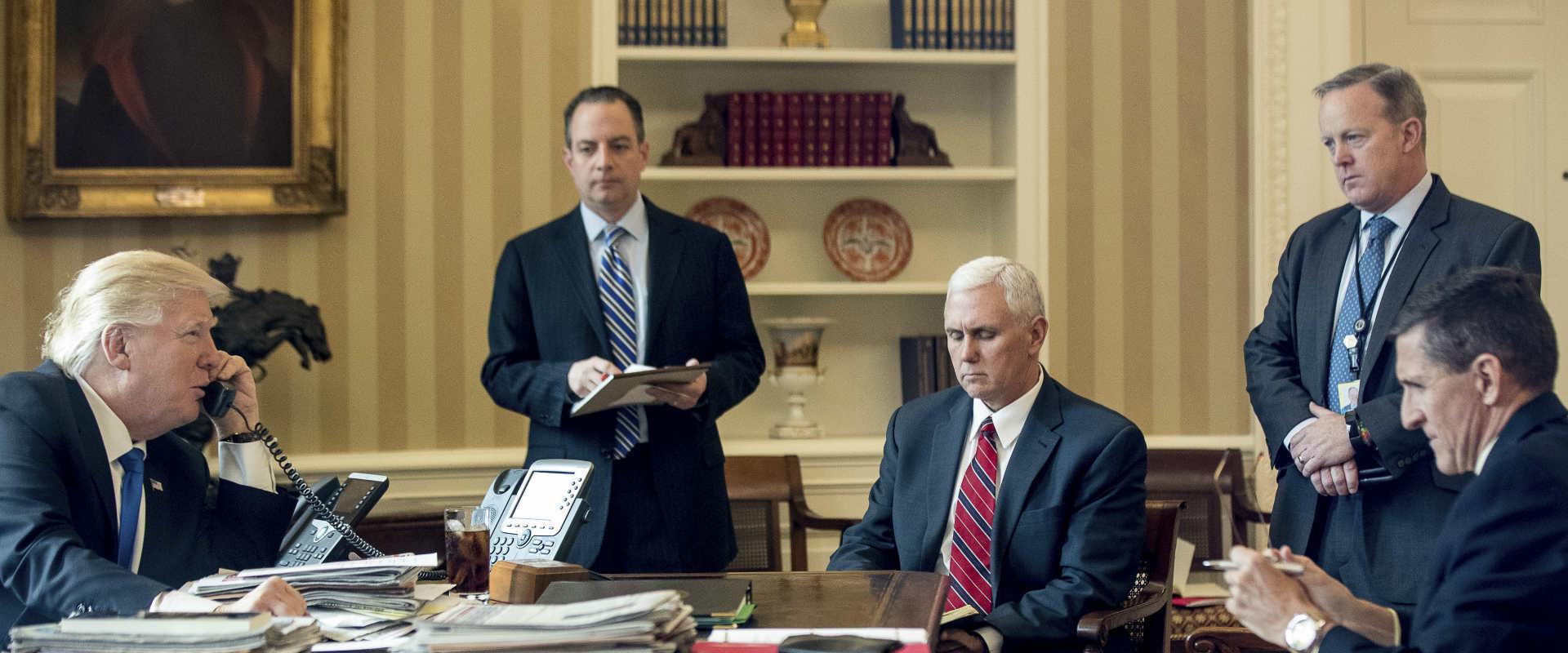 """נשיא ארה""""ב, דונלד טראמפ, יושב מול היועץ לביטחון לא"""