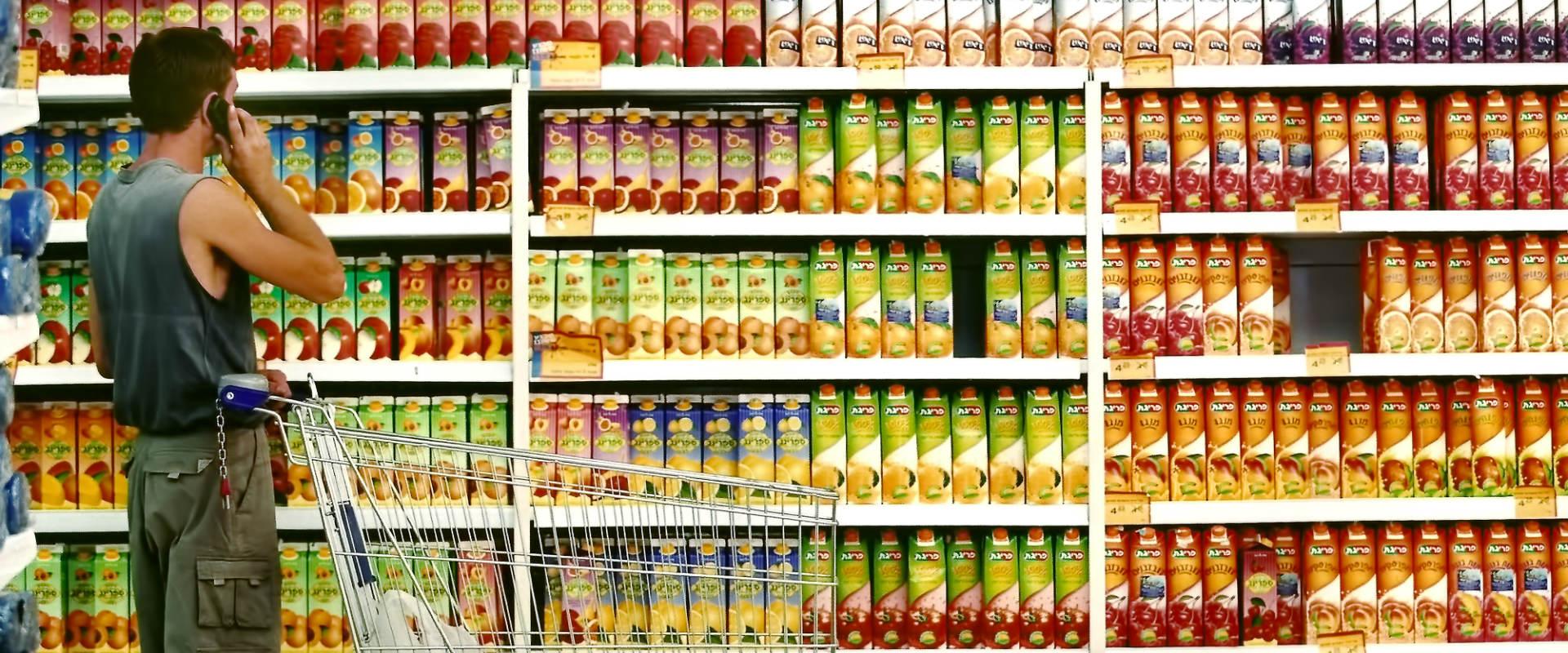 גבר ישראלי בסופרמרקט. אילוסטרציה