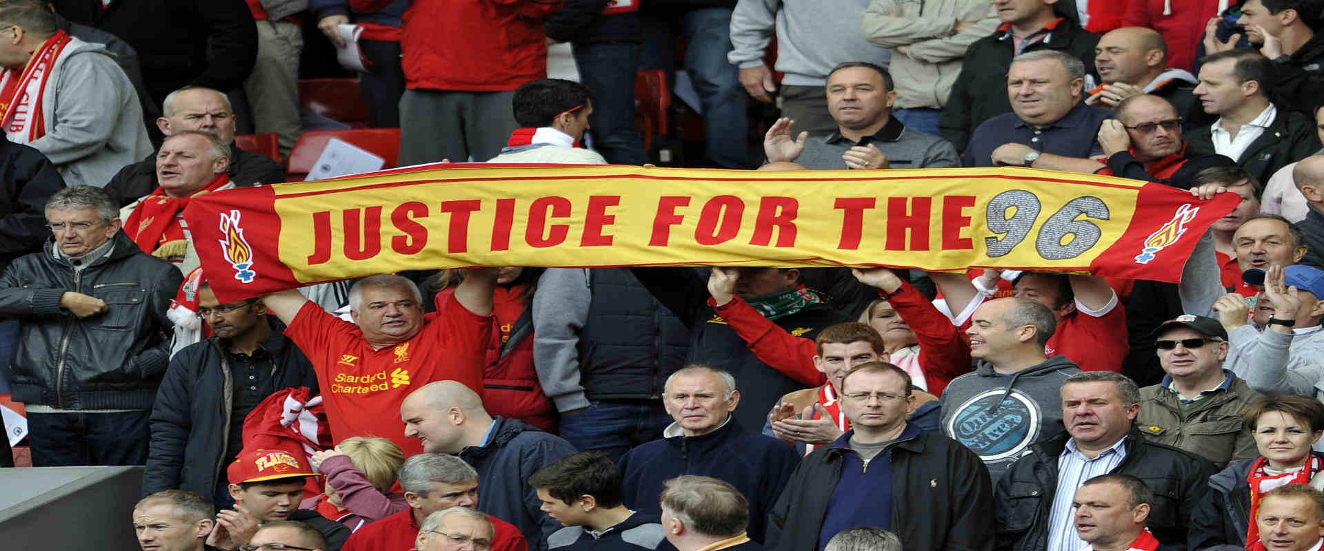 אוהדי ליברפול עם צעיפים ועליהם מסר מחאה על אסון הי