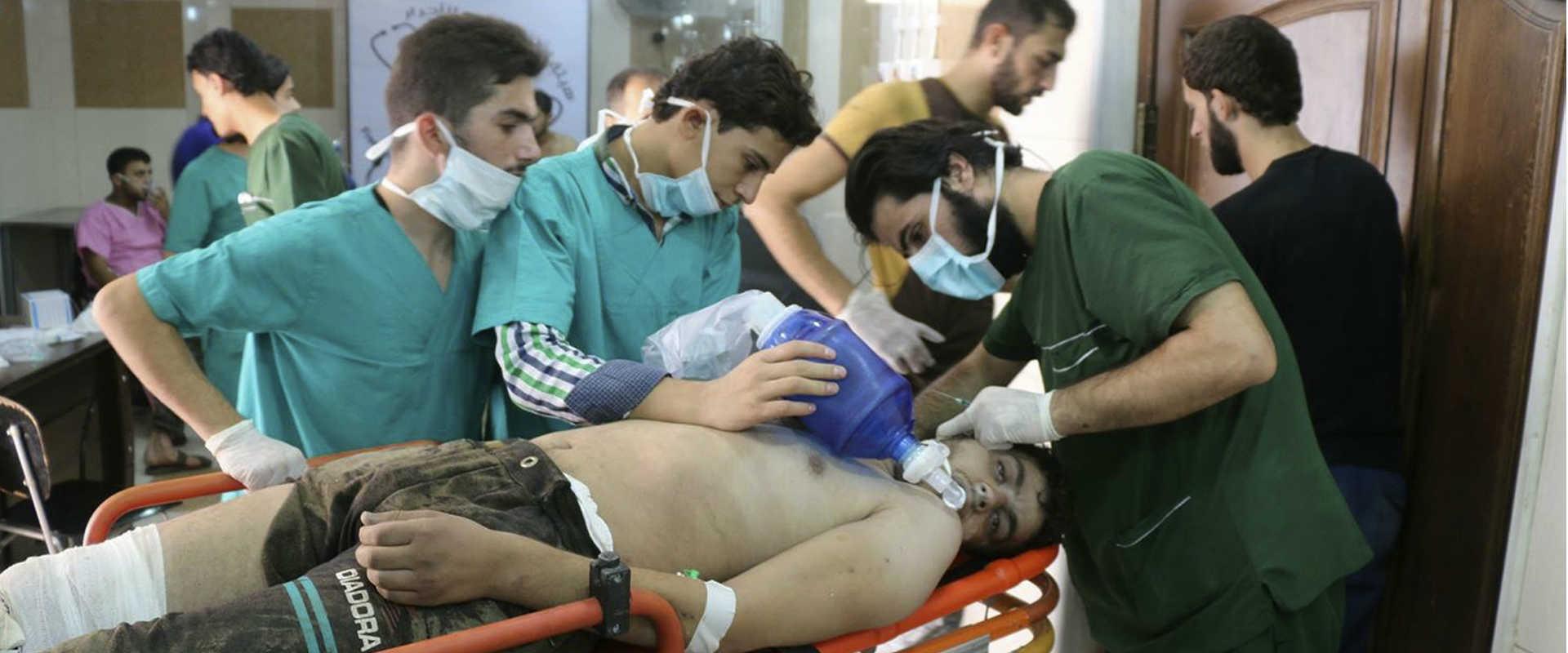 סוריה, ספטמבר 2016. טיפול רפואי בפצוע משאיפת גז