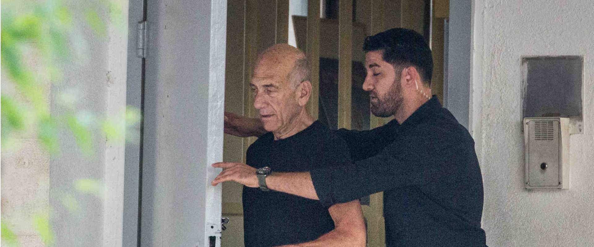 אהוד אולמרט יוצא מהכלא