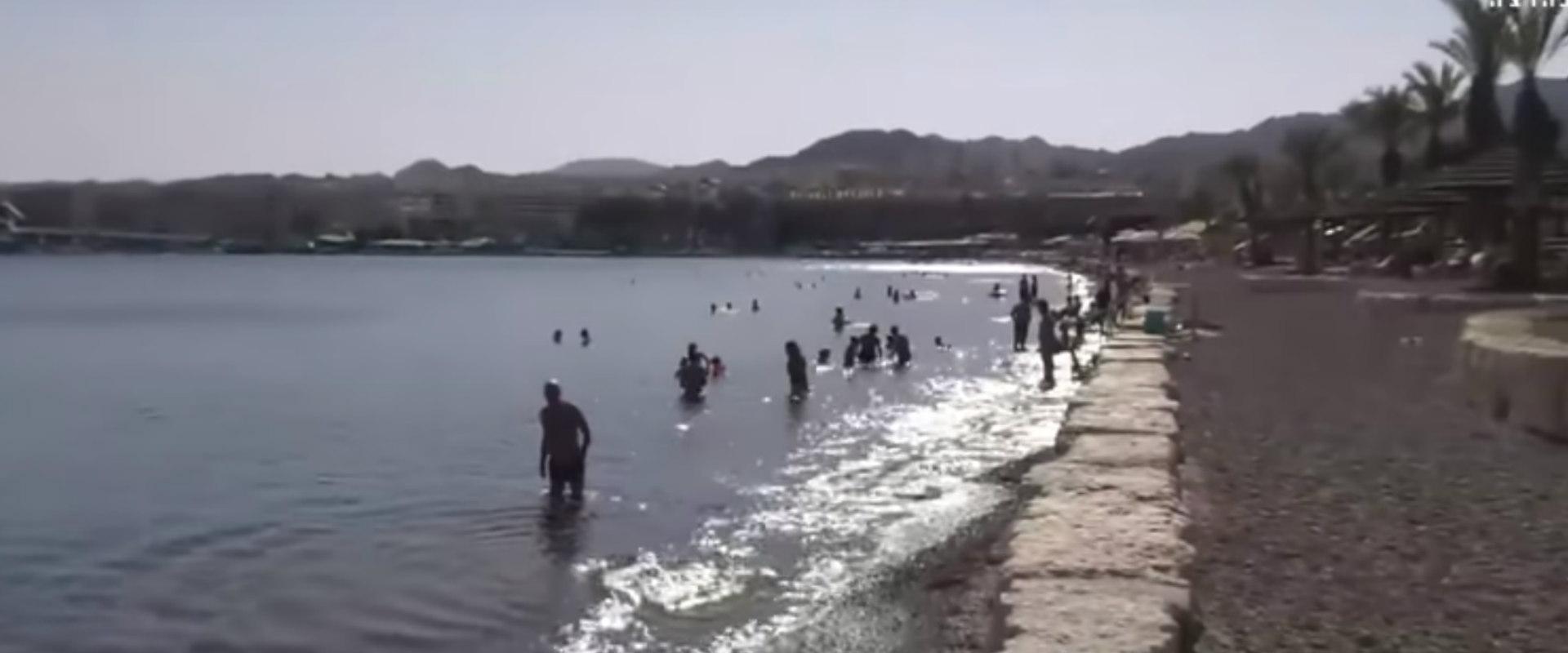 מתרחצים בחוף אילת
