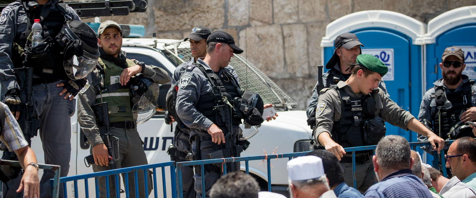 שוטרים מאבטחים את מתחם הר הבית (צילום: יונתן זינדל