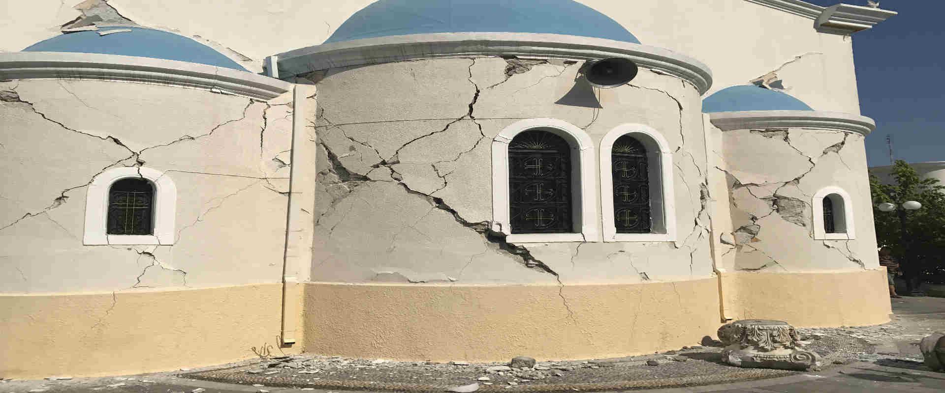 נזק למבנה באי קוס