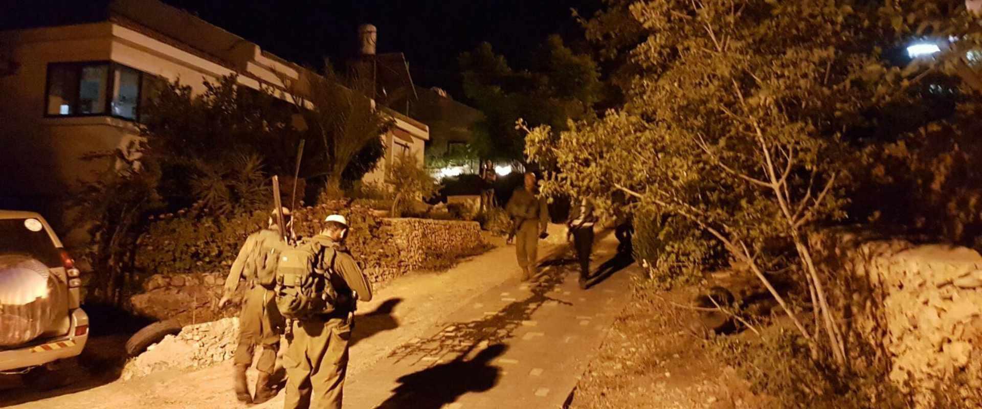 כוחות ליד הבית שבו אירע הפיגוע בחלמיש, הערב