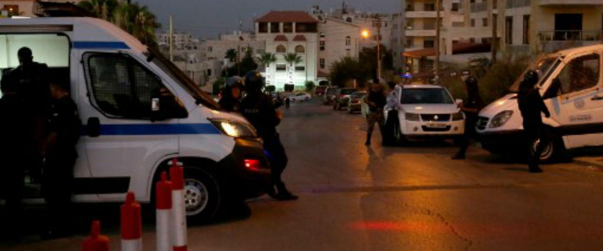 שוטרים ליד שגרירות ישראל בעמאן, אתמול