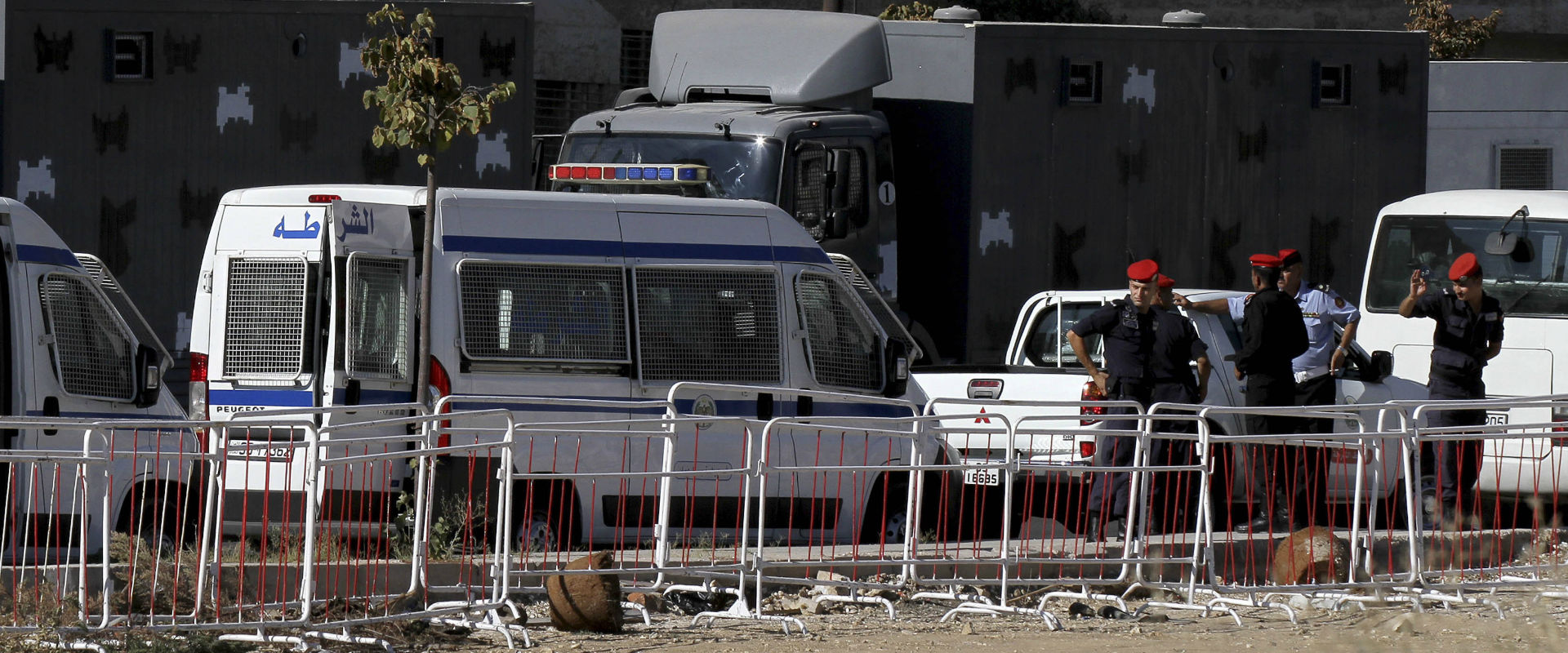 משטרה סמוך לשגרירות ישראל בירדן (צילום: אי-פי)