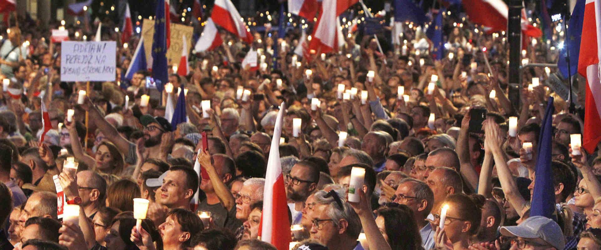 מפגינים בפולין נגד הרפורמה במערכת המשפט, בשבוע שעב