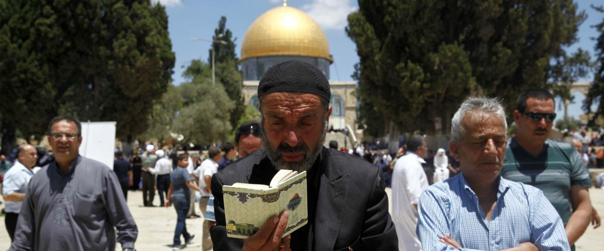 מוסלמים מתפללים בהר הבית