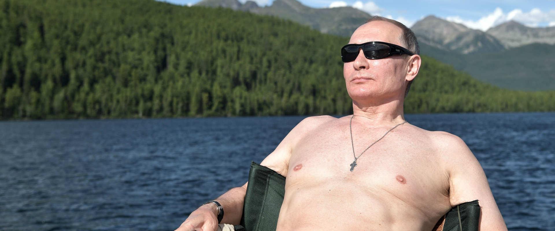נשיא רוסיה ולדימיר פוטין משתזף בשמש במהלך החופשה