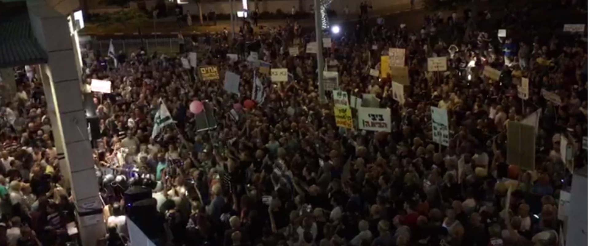 """אלפים מפגינים מול בית היועמ""""ש מנדלבליט בפתח תקווה"""