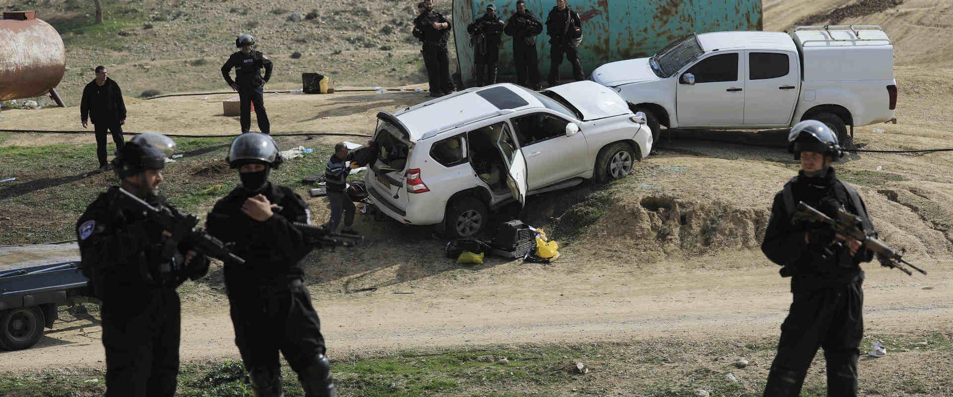 שוטרים ליד רכבו של אל-קיען באום אל-חיראן