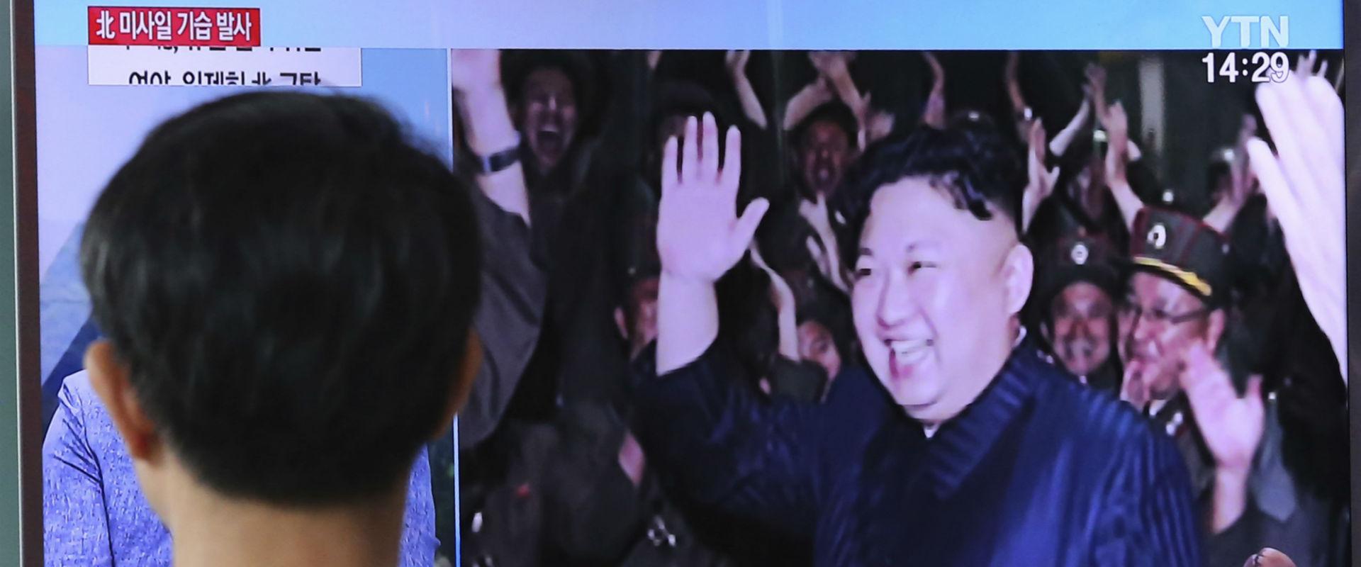 אזרח דרום קוריאני צופה בקים ז'ונג און. אוגוסט 2017