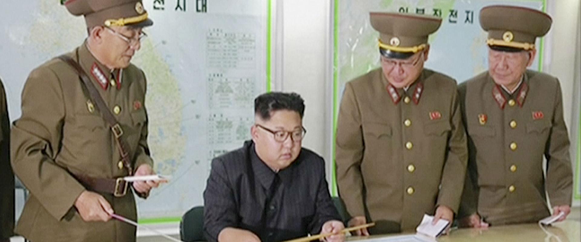 מנהיג קוריאה הצפונית קים ג'ונג און מקבל תדריך מבכי