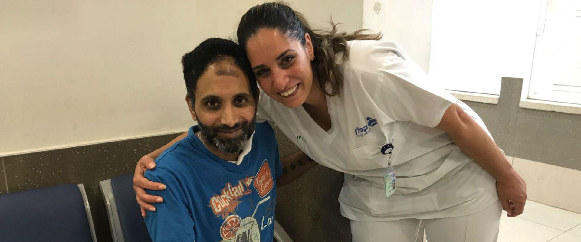 ניב נחמיה בעת שחרורו מבית החולים היום