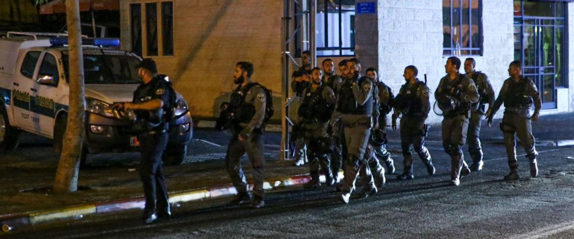 שוטרים מאבטחים הפגנה ביפו לאחר הירי