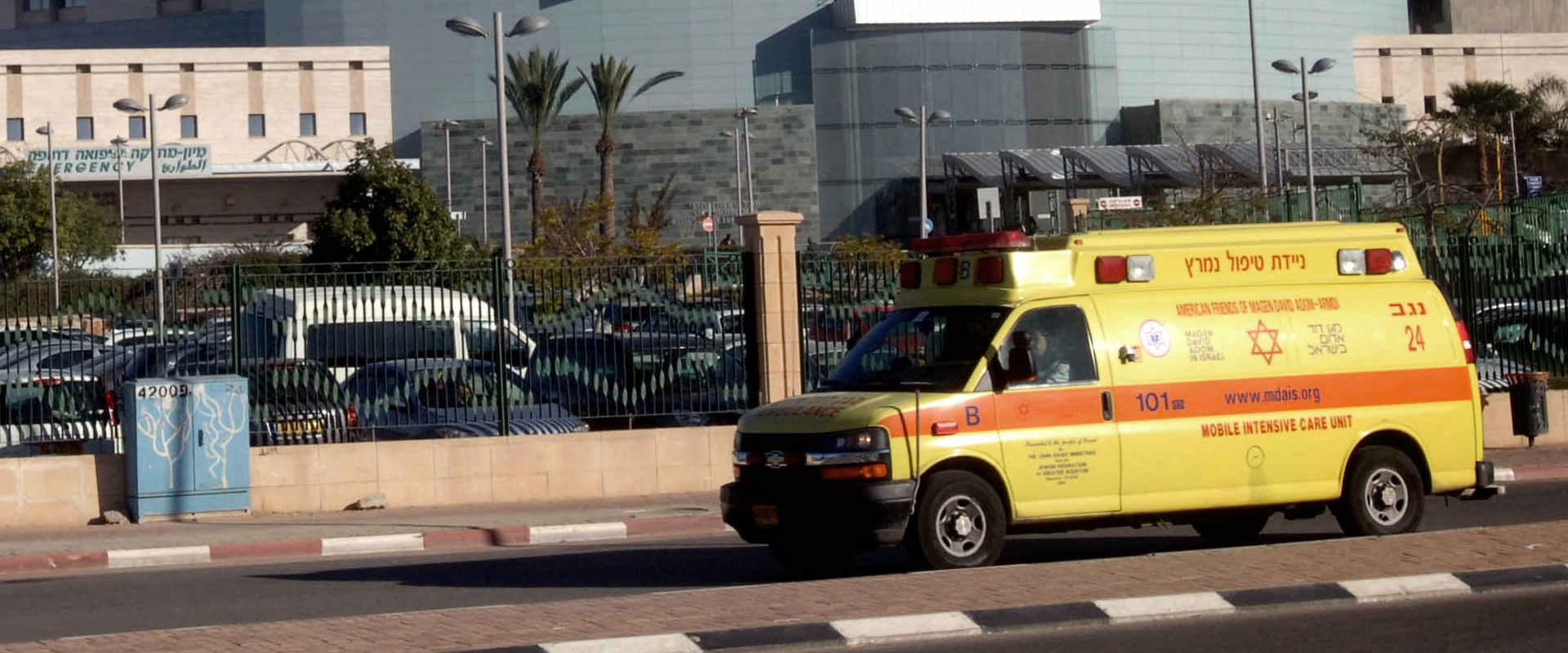 אמבולנס מחוץ לבית החולים סורוקה, ארכיון