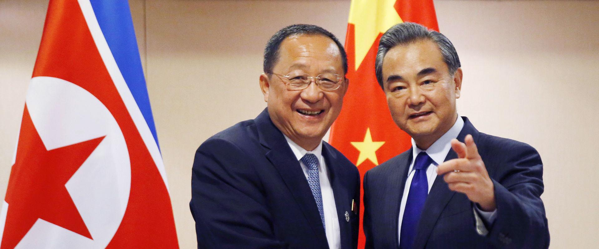 שרי החוץ של סין וקוריאה הצפונית