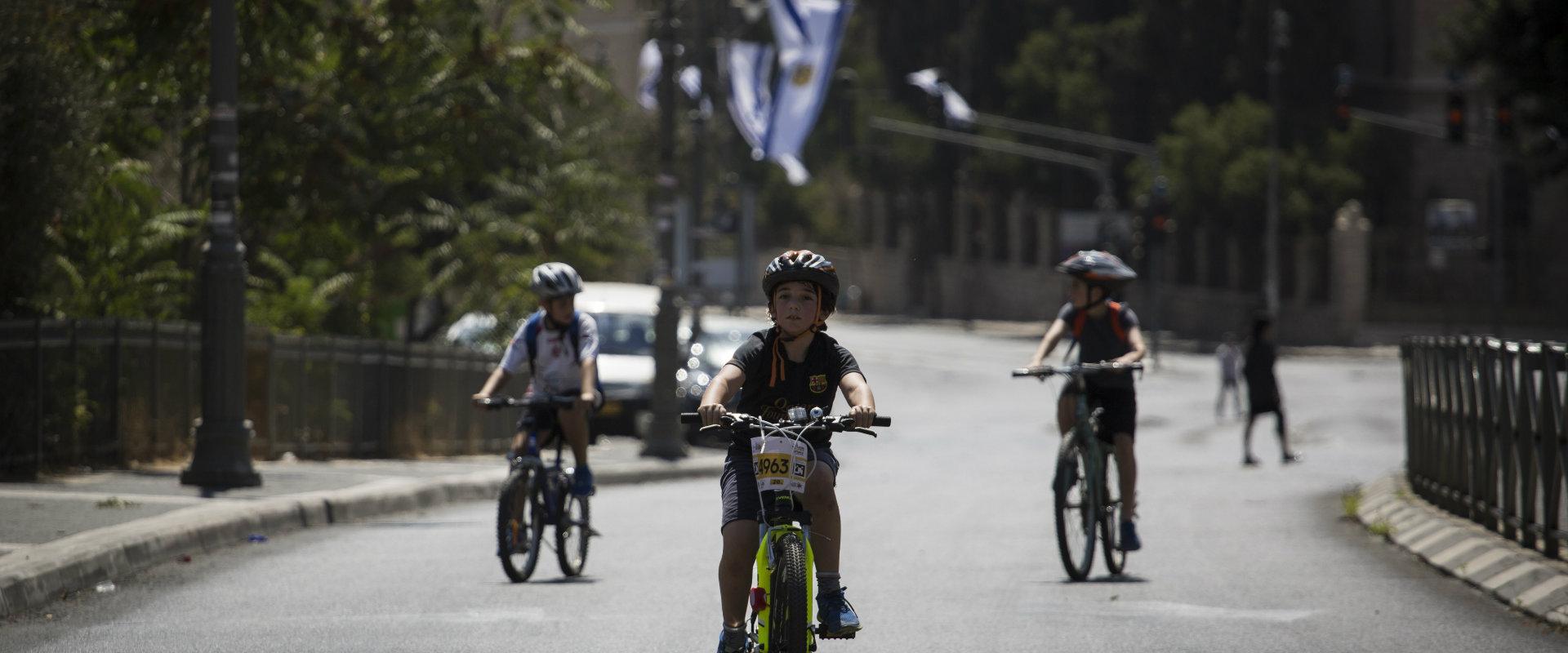 ילדים בירושלים רוכבים על אופניים ביום הכיפורים, ב-