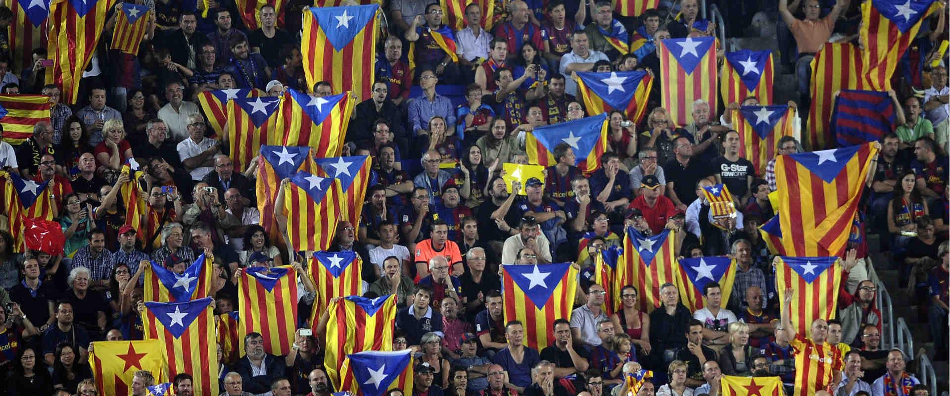 אוהדי ברצלונה מניפים את דגלי קטלוניה (ארכיון)