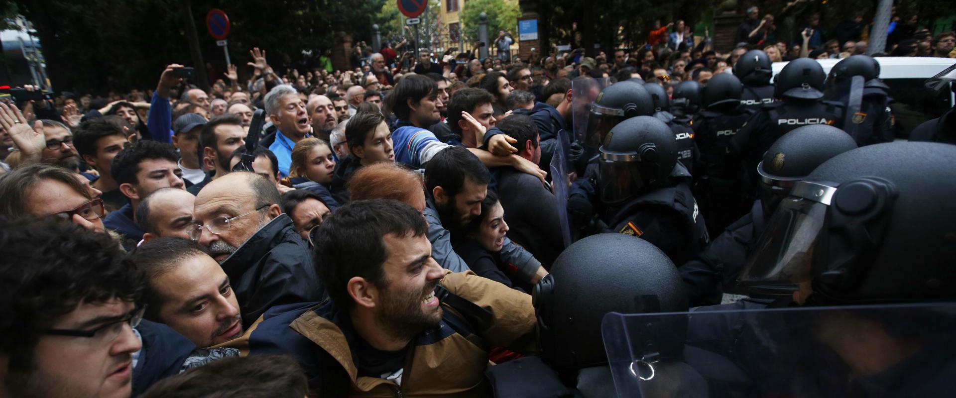 שוטרים מתעמתים עם תושבים בברצלונה, הבוקר
