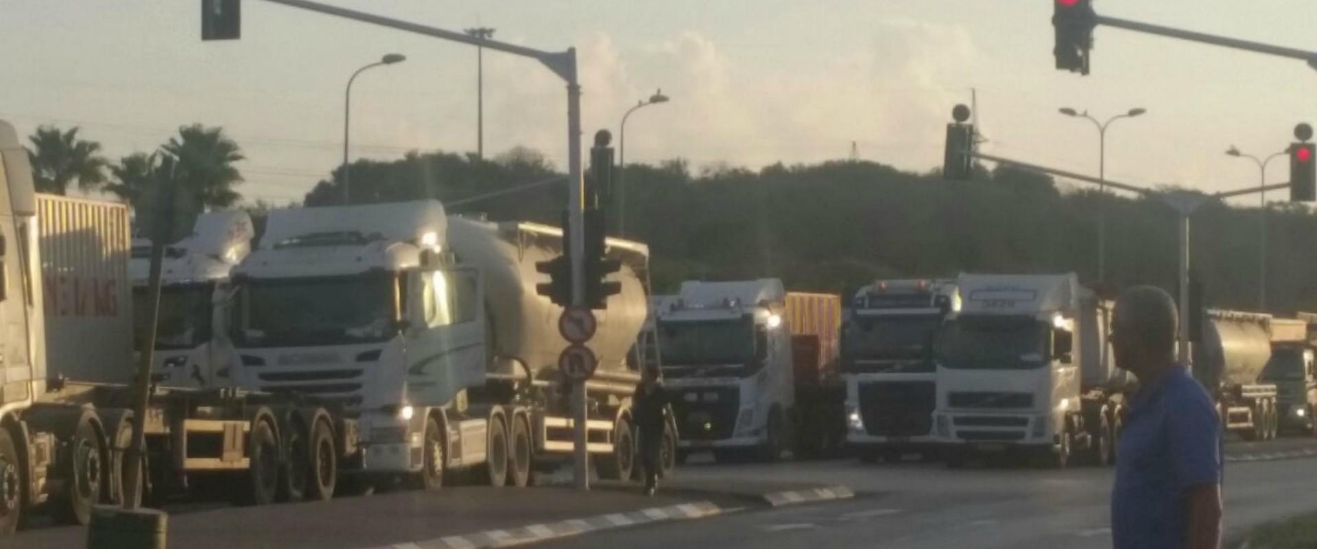 משאיות בכניסה לנמל אשדוד, הבוקר