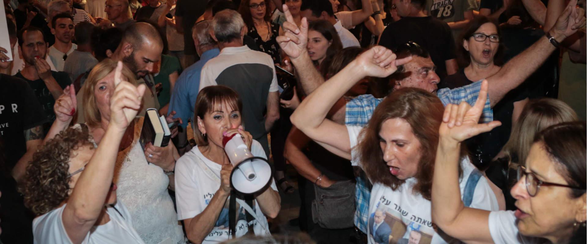 """מפגינים מול בית היועמ""""ש בפ""""ת, אוגוסט 2017"""